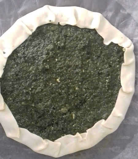 Torta di ortica cruda in teglia rifasciata con carta da forno