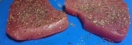 Fette di tonno crude insaporite con spezie