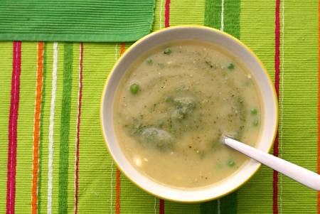 Vellutata fatta con foglie di sedano, patate e piselli