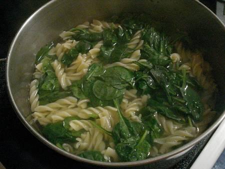 Come cuocere insieme pasta e spinaci