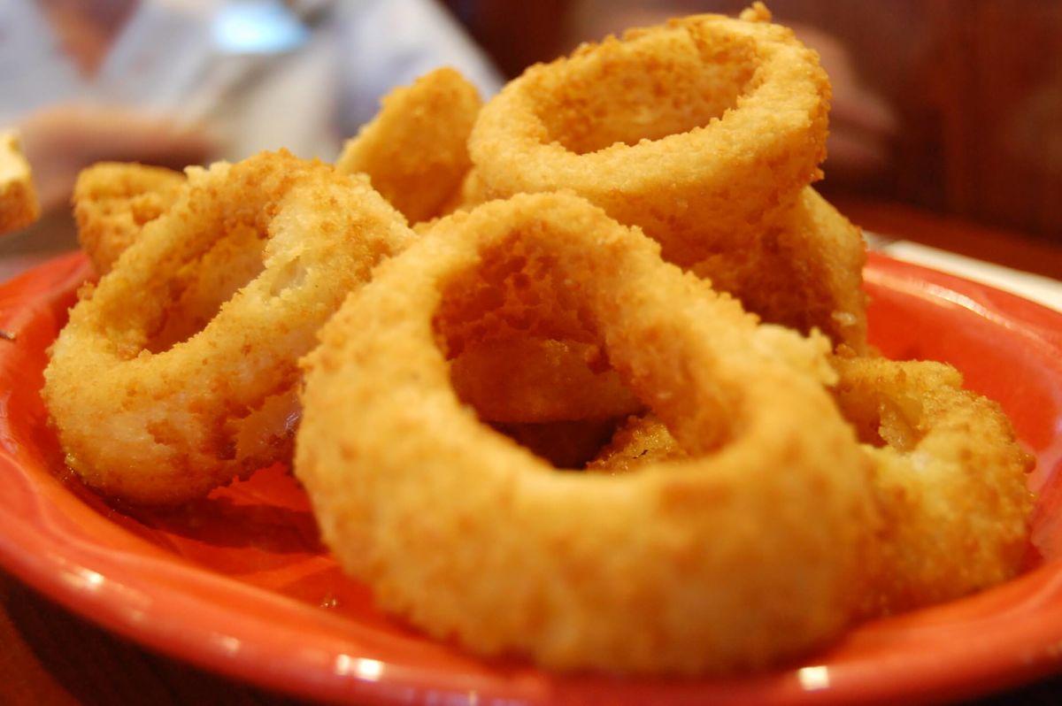 Anelli di cipolla in pastella fritti all'americana