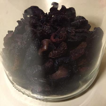 Prugne secche conservate in vaso di vetro