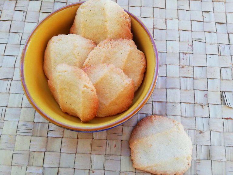 Ciotola con bBiscotti di pasta frolla al limone fatti in casa