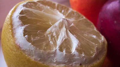 Mezzo limone tagliato e già usato