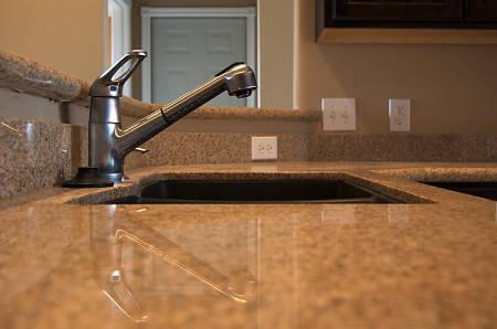 Piano di lavoro di granito in cucina