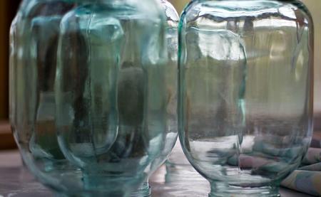 Vasi di vetro sterilizzati messi ad asciugare capovolti