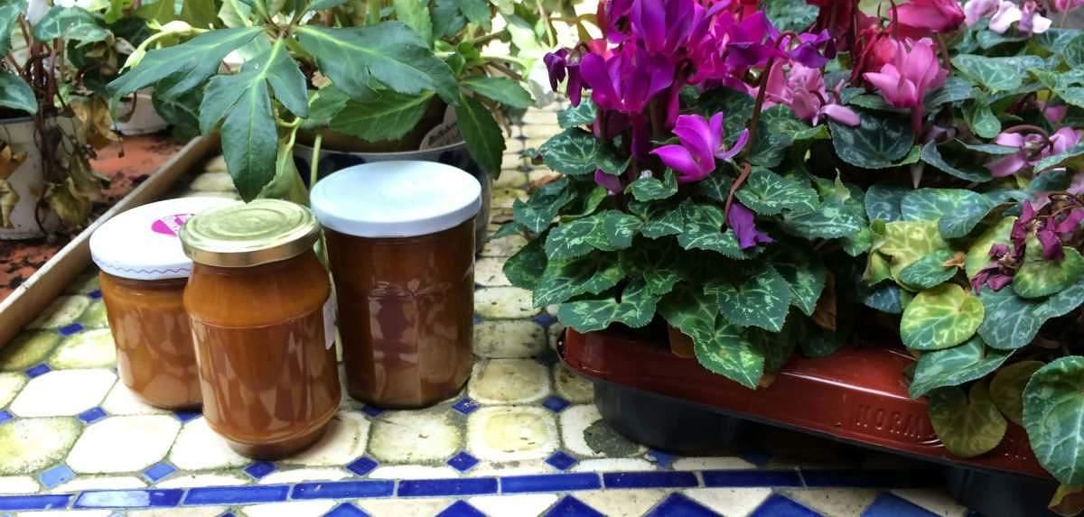 Marmellata di corbezzolo fatta in casa in vasi di vetro chiusi ermeticamente