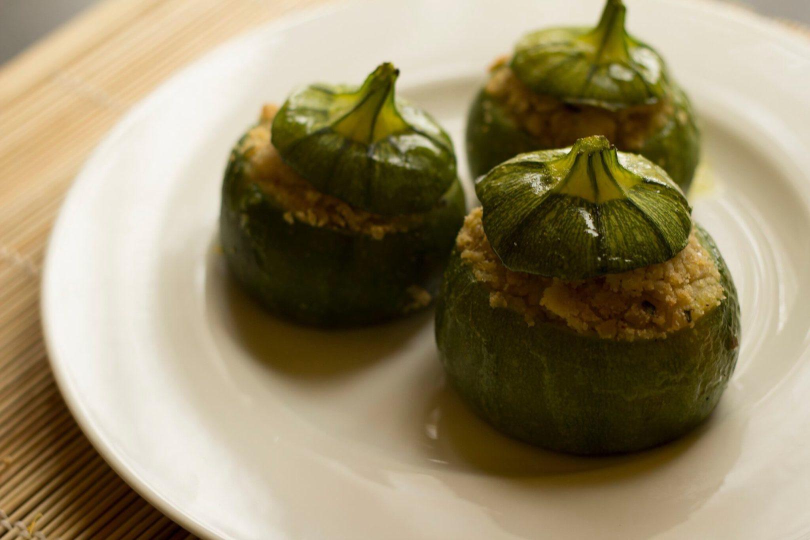 Zucchine tonde ripiene prima della cottura in forno