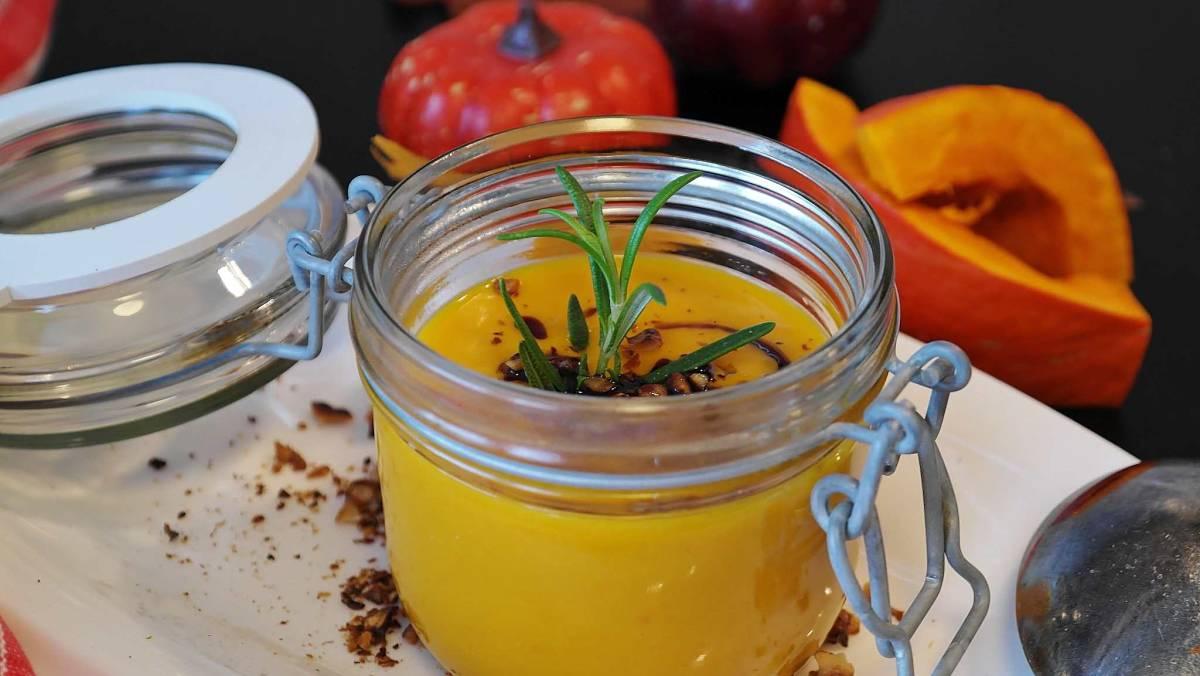 Conserva di crema di zucca e mele al curry in barattolo di vetro