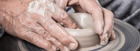 Come viene lavorato al tornio un piatto di cermica artigianale